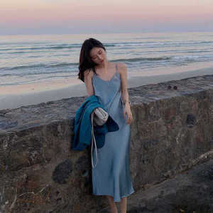 醋酸绸缎面吊带裙女性感超仙长裙子法式复古仙女雾霾蓝连衣裙