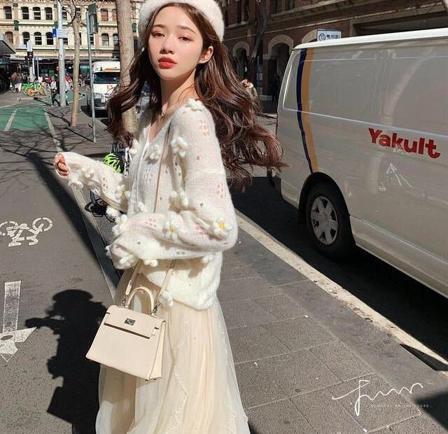 林珊珊 很仙温柔可爱重工花朵针织开衫外套女V领秋季新款薄上衣-桐桐服饰-