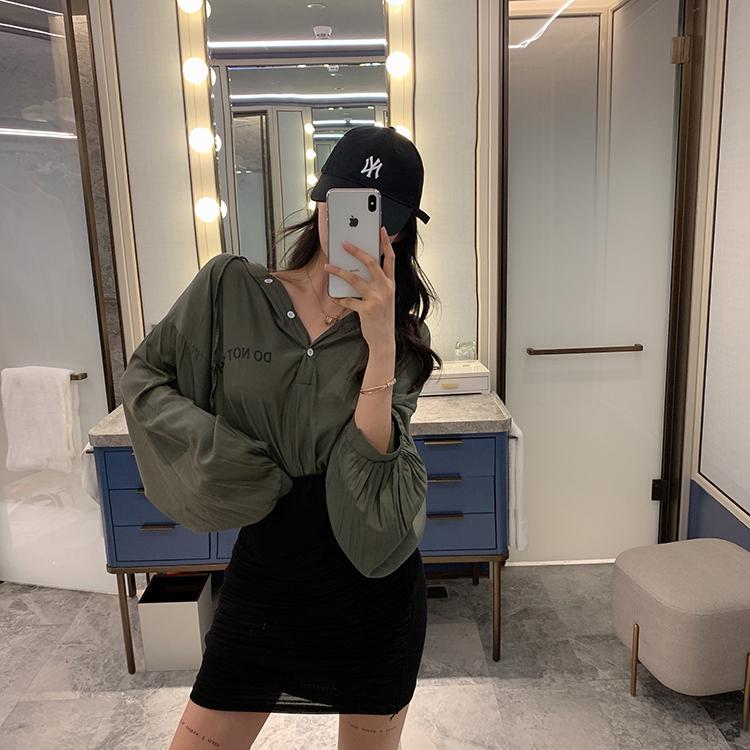 亚博娱乐平台入口实价港味复古oversize宽松连帽抽绳衬衫+褶皱高腰包臀短裙女