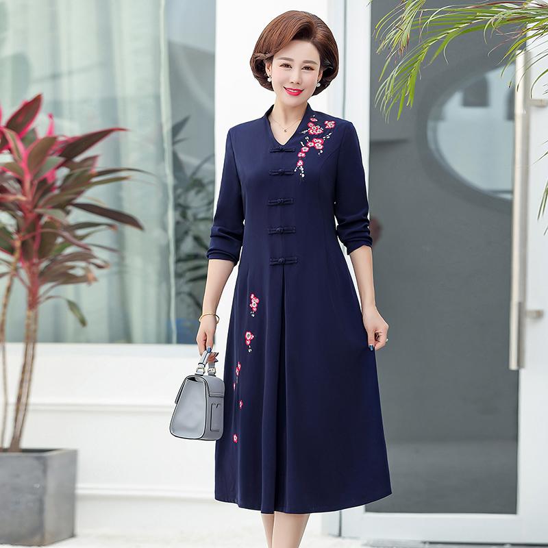 亚博娱乐平台入口 妈妈装秋装连衣裙2019新款中老年女装春秋长袖高贵大码裙子