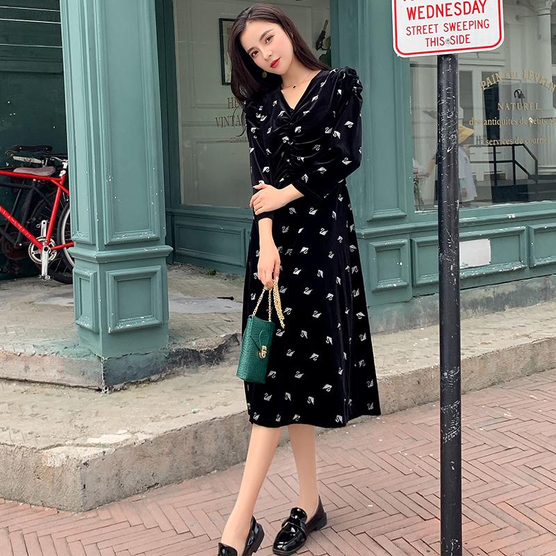 實拍2019新款流行氣質黑色天鵝絲絨連衣裙女收腰顯瘦V領長袖裙子