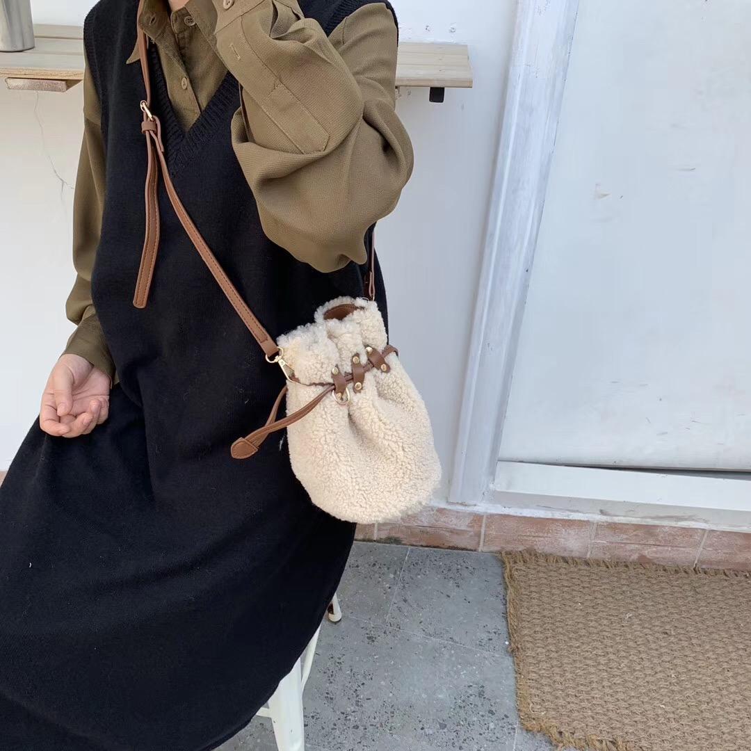 秋冬韓系羊羔毛鉚釘抽繩水桶包單肩斜跨女包錢袋包