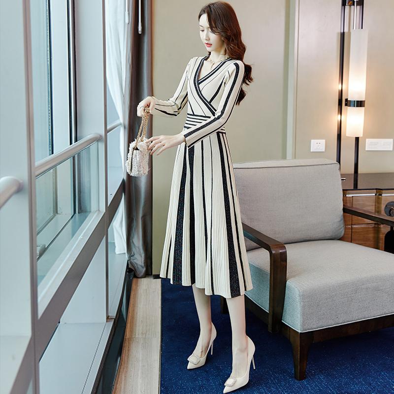 早秋装冬季2019年新款收腰显瘦气质法式小香风条纹针织连衣裙女装