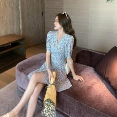 实拍2021夏新款法式复古碎花连衣裙女收腰显瘦气质V领一片式短裙