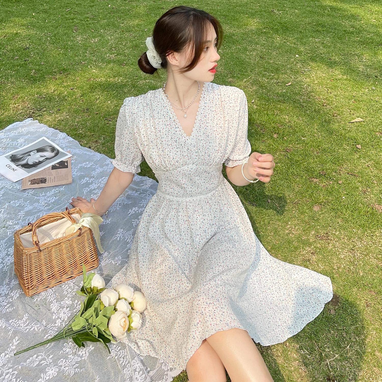实拍2021夏季新款连衣裙韩版温柔风蕾丝拼接V领设计感碎花连衣裙