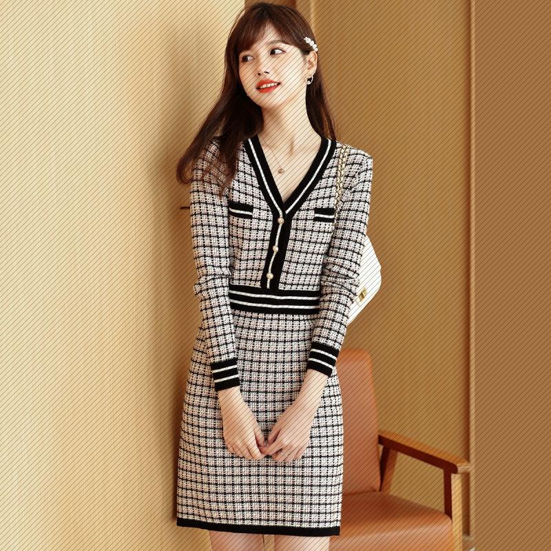 韩国东大门新款V领针织连衣裙 女秋格纹高腰珍珠扣收腰设计裙子