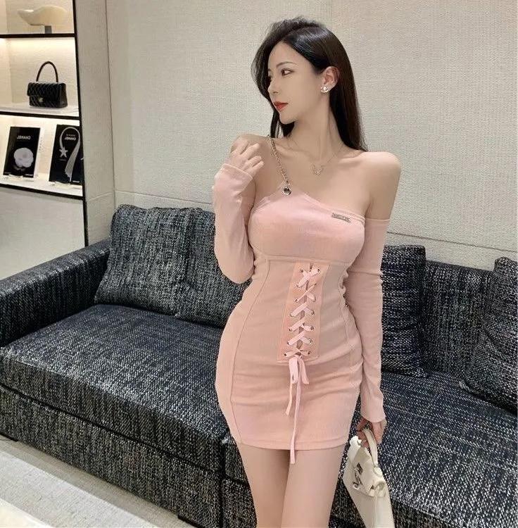 2021年秋季新款女装辣妹单肩链条修身显瘦漏肩包臀长袖连衣裙短款